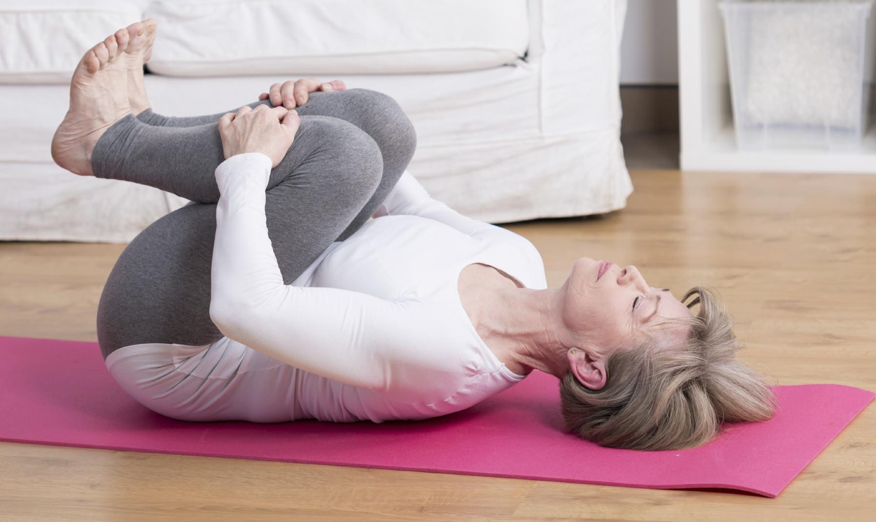 Женщина занимается физкультурой