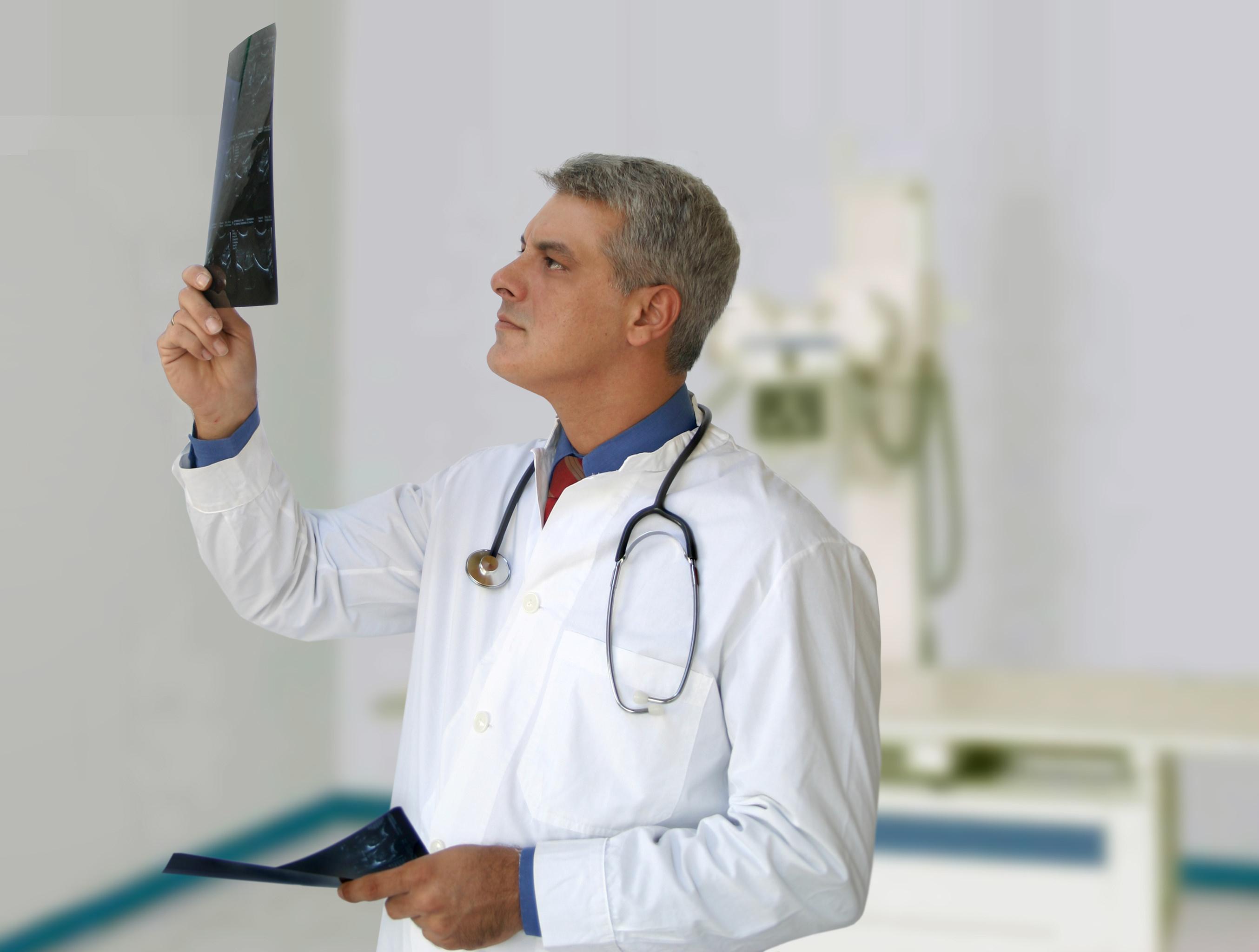 Врач смотрит рентгенограмму