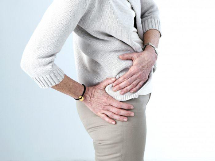 Почему болит тазобедренный сустав и отдает в ногу
