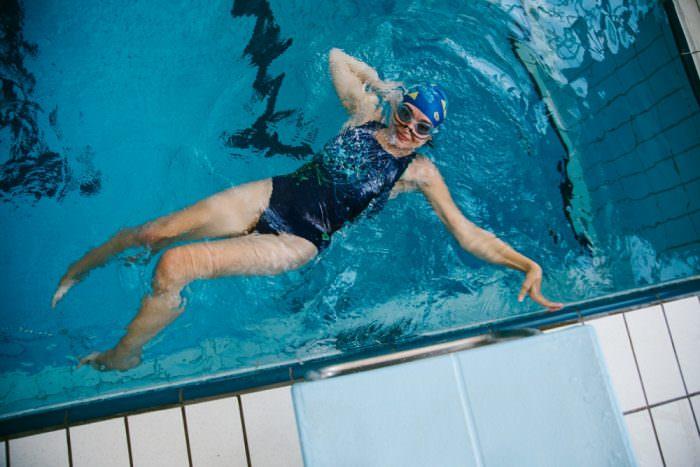 Плавание с повреждением бедра