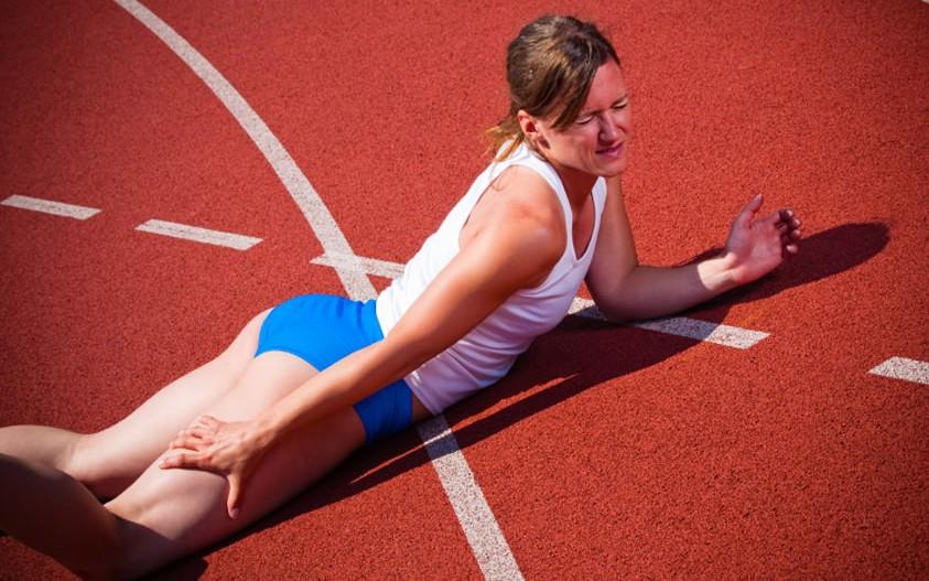 У спортсменки свело ногу