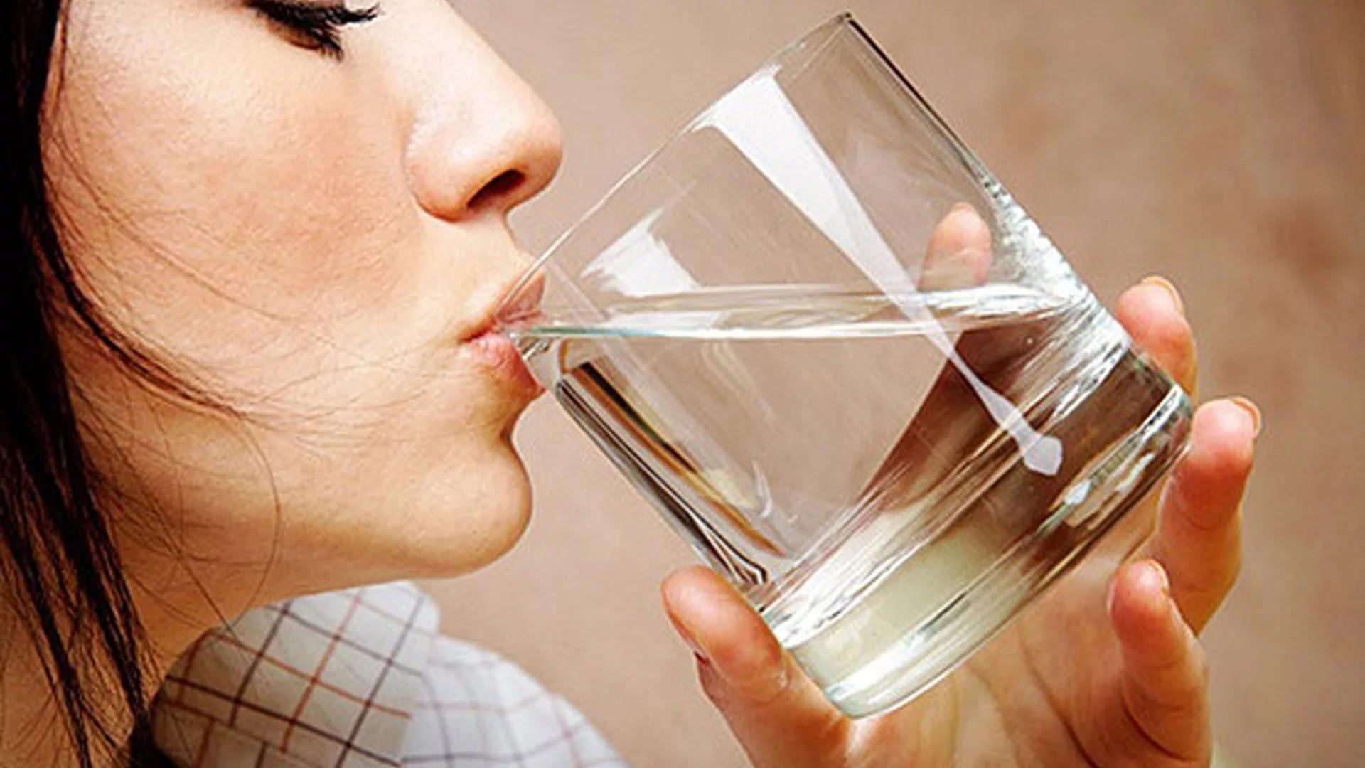 Девушка пьёт воду