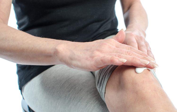 мазать колено