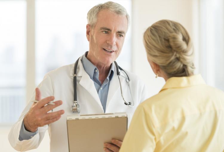 Доктор рассказывает пациенту о препарате